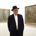 Roger David Servais vor Gemälde